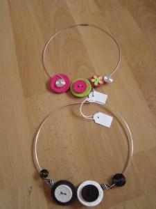 Les colliers existent en diffèrent coloris à la demande.